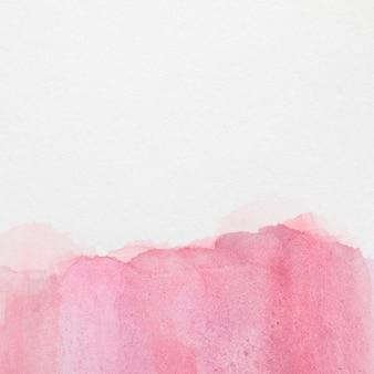 Rosa handgemalter fleck der steigung auf weißer oberfläche