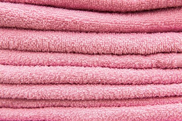 Rosa handtücher im hotel. textur der handtücher
