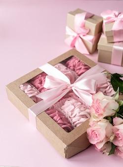 Rosa hausgemachte marshmallows von beeren in einer geschenkbox