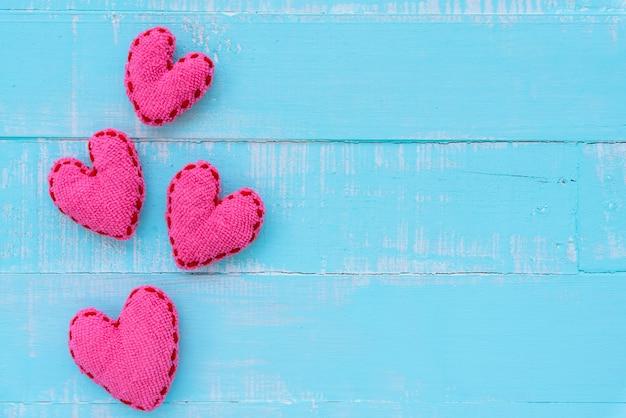 Rosa herz auf hölzernem hintergrund der blauen und weißen farbe, liebes-, hochzeits- und valentinsgrußtag