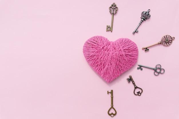 Rosa herz mit liebesschlüssel. valentinstag hintergrund