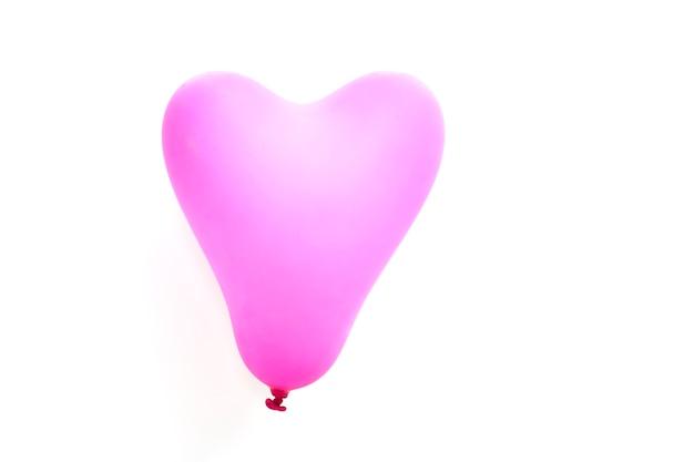Rosa herzballon auf weiß