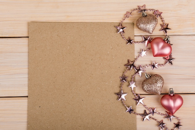Rosa herzen und ein blatt papier, valentinstag