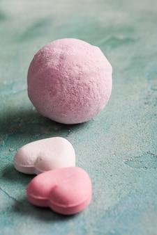 Rosa herzförmige badebomben