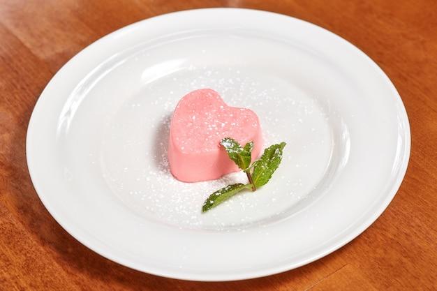 Rosa herzförmige kuchen mit minze zum valentinstag