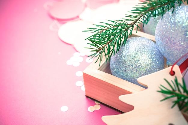 Rosa hintergrund der weihnachtsperlendekorationsbälle