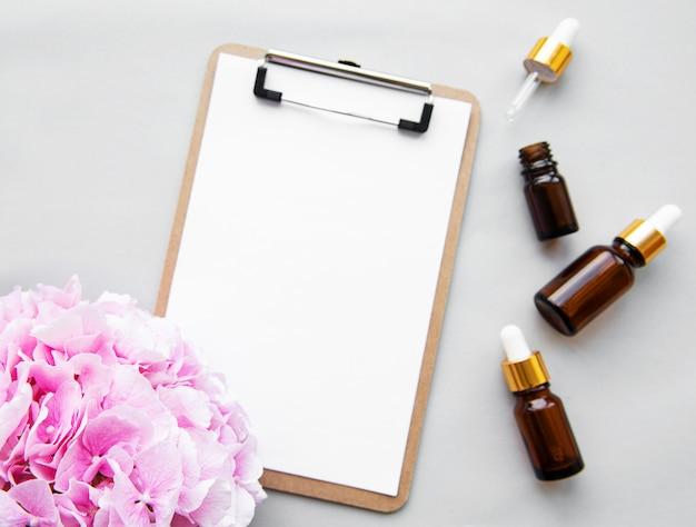 Rosa hortensie und massageöl, draufsicht