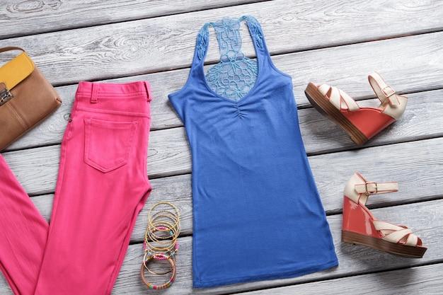 Rosa hose und blaues oberteil keilsandalen und armband set damenbekleidung aus neuem katalog kleine farbe...