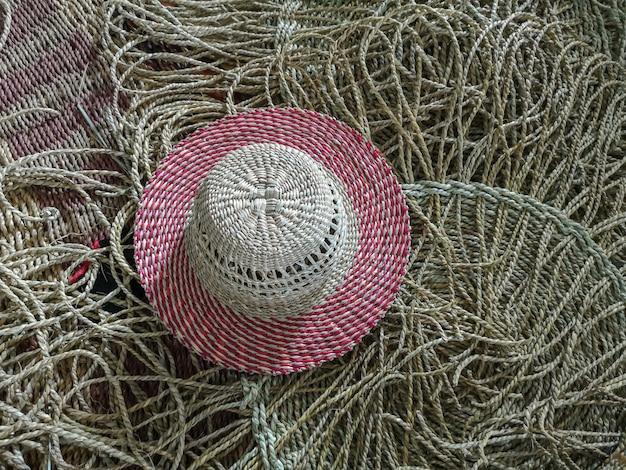 Rosa hutbeschaffenheit der korbwaren gemacht vom trockenen seggehintergrund