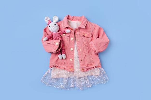 Rosa jacke und süßes kleid. modeset kinderoutfit.