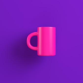 Rosa kaffeetasse auf lila oberfläche