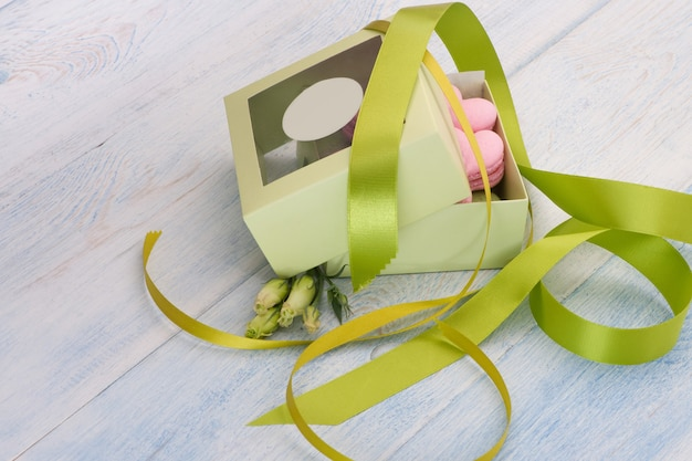 Rosa kekse in herzform in einer geschenkbox mit schleife und blumen