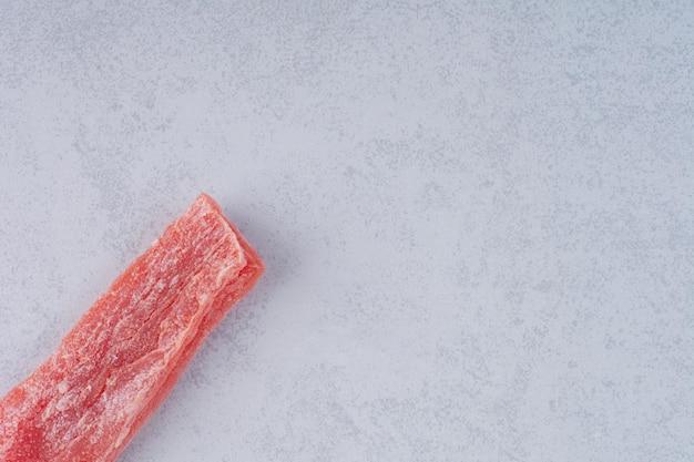Rosa kirschmarmelade-sticks auf konkretem hintergrund.