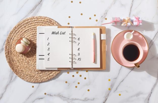 Rosa korallenfarbenes tagebuch für das jahr 2021 mit kaffee und makronen