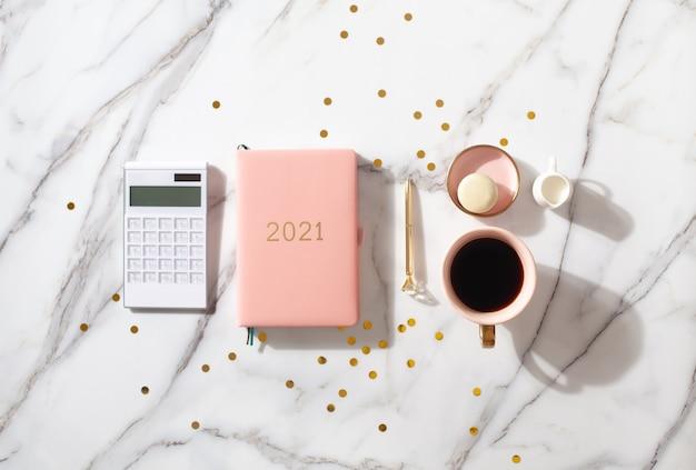 Rosa korallenfarbenes tagebuch für das jahr 2021 mit taschenrechner