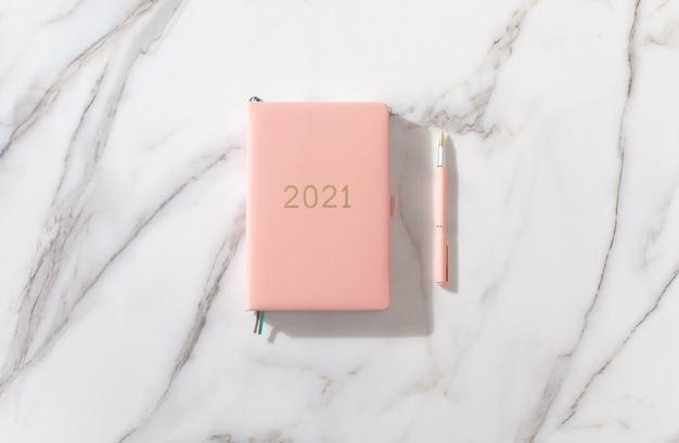 Rosa korallenfarbenes tagebuch für das jahr 2021