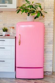 Rosa kühlschrank im retro-stil in der vintage-küche