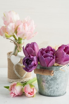 Rosa lila tulpen im zinneimer