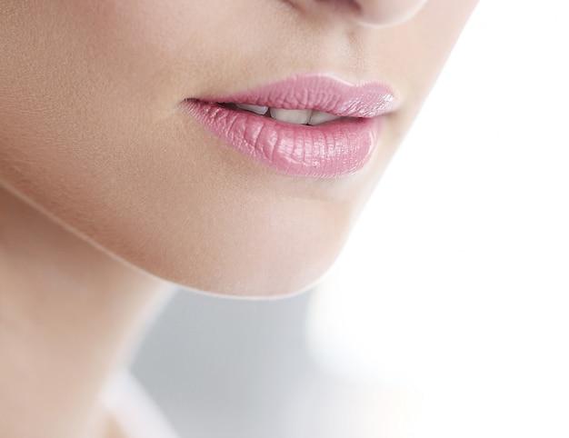 Rosa lippenstift und reine haut kommerziell