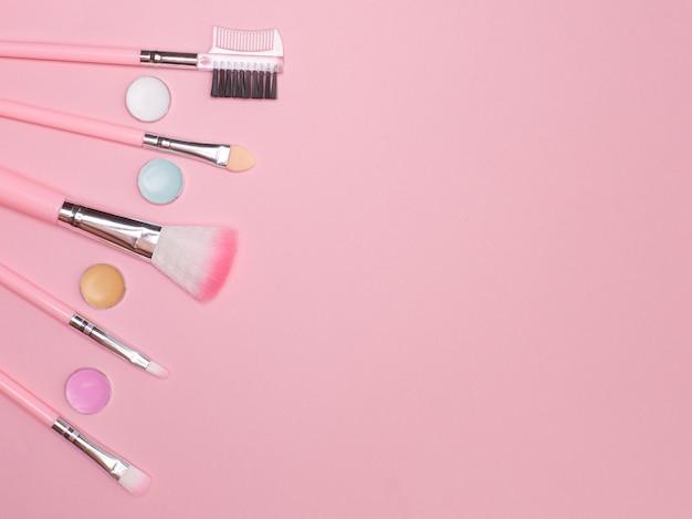 Rosa make-up-werkzeuge bürsten kopieren raum