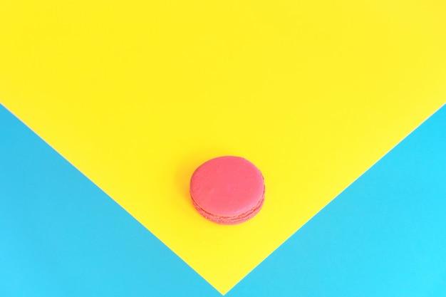 Rosa makronen auf einem gelben hintergrund