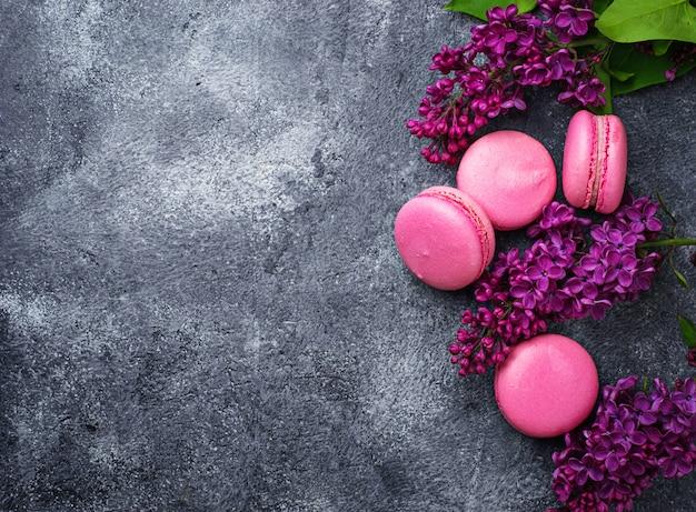 Rosa makronen und flieder. selektiver fokus