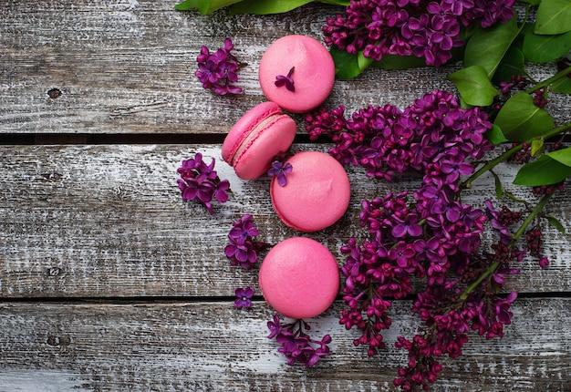Rosa makronen und flieder.