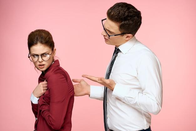 Rosa mann des büroarbeitskollegen des geschäftsmann- und -frauen-team-büroverwaltungsstudios rosa hintergrund.