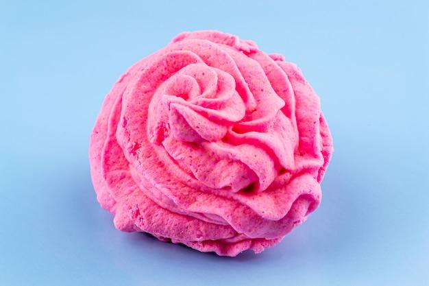 Rosa marshmallows auf einem blauen hintergrund