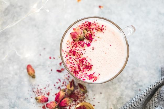 Rosa matcha latte mit milch. trendiges getränk. weihnachtsgetränk