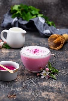 Rosa matcha latte mit milch