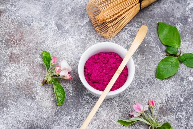 Rosa matcha-pulver aus drachenfrucht