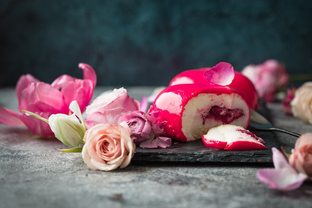 Rosa moussekuchen mit rose
