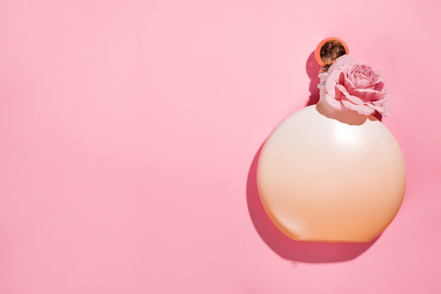 Rosa natürliche kosmetische produktgel-, lotions-, serum- oder tonerrosen auf rosa hintergrund