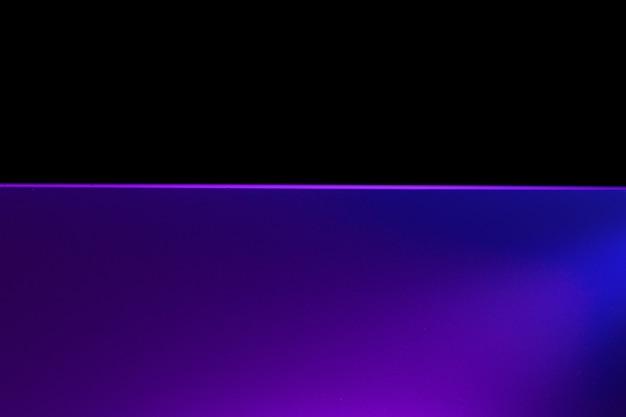 Rosa neon noch poolwasser gegen schwarzen hintergrund