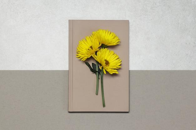 Rosa noten mit gelben blüten auf grauem beige