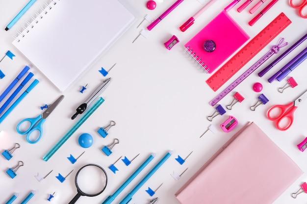 Rosa notizblockstift und marker auf rosa und blauem hintergrund flache lage