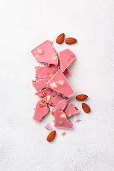 Rosa oder rubinrote schokolade, trendiges essen
