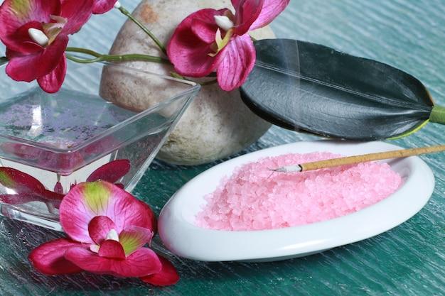 Rosa orchidee mit rosa badesalzen
