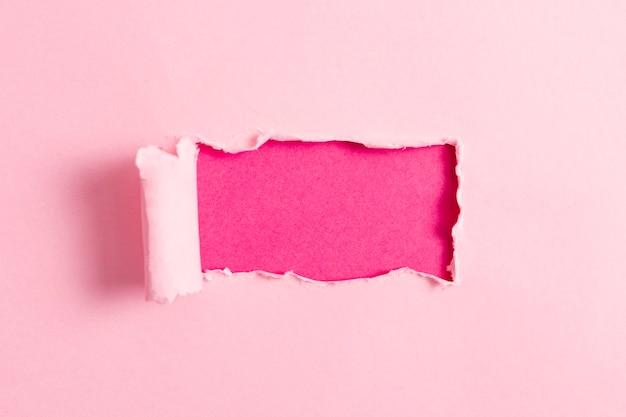 Rosa papierblatt mit rosa modell