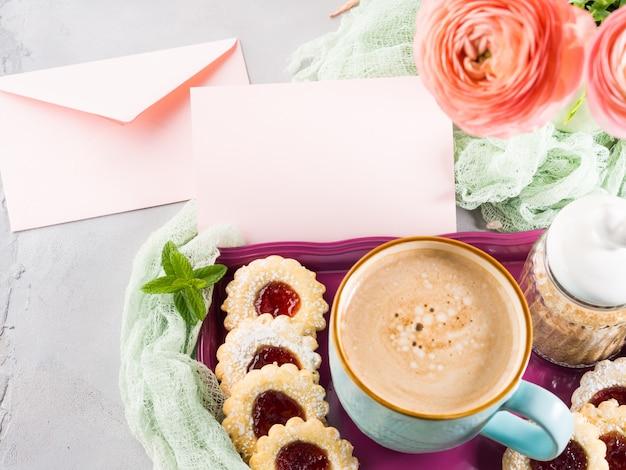 Rosa papiergrußkarte. festliches urlaubsfrühstück. mutter valentinstag