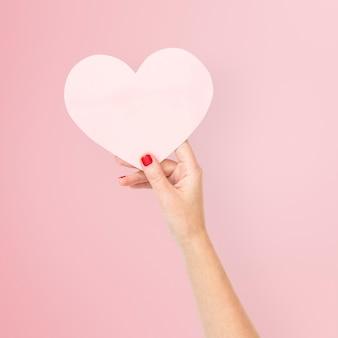 Rosa papierherz für valentinstagsfeier