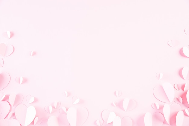Rosa papierherzen auf rosa papier
