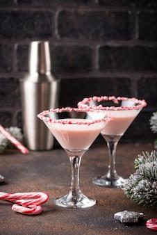 Rosa pfefferminz-martini mit zuckerstangenrand