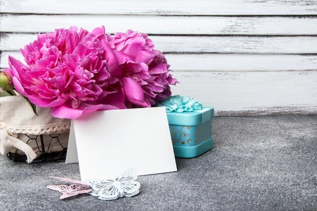 Rosa pfingstrose, aquamarin geschenkbox und schmetterlinge