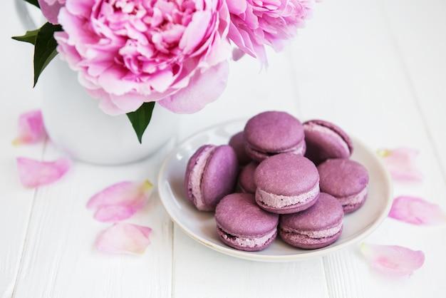 Rosa pfingstrose mit macarons