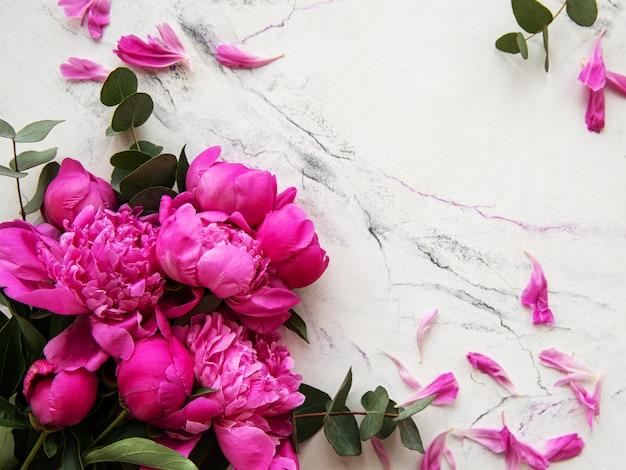 Rosa pfingstrosen auf einem marmorhintergrund