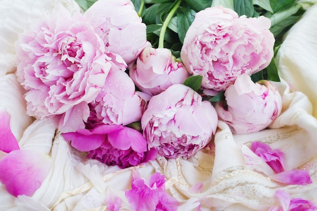 Rosa pfingstrosen und weißes hochzeitskleid, retro vintage-stil