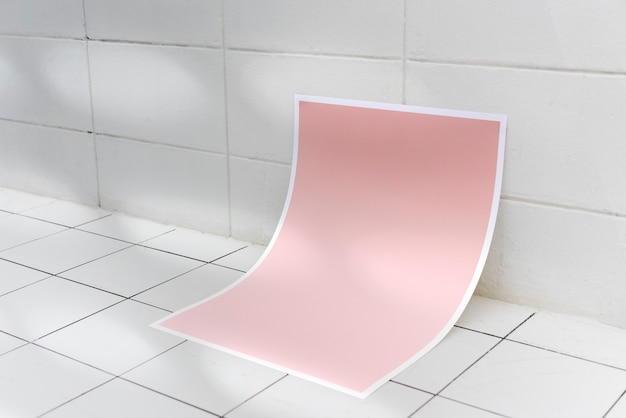 Rosa poster auf keramikfliesenboden