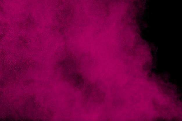 Rosa pulverexplosion auf schwarzem